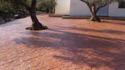 gradina cu copaci si beton amprentat piatra rau zona spania