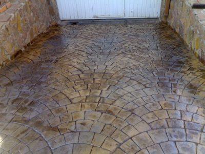 intrare subsol din beton amprentat forma de piatra cubica