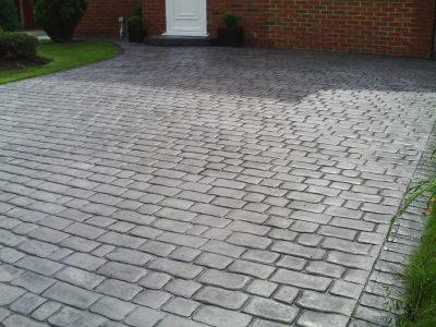 parcare din beton amprentat din piatra cubica de culoare gri