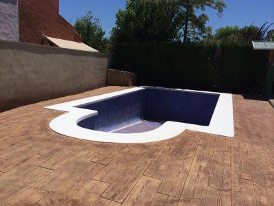 piscina inconjurata de pavaje realizate din beton amprentat
