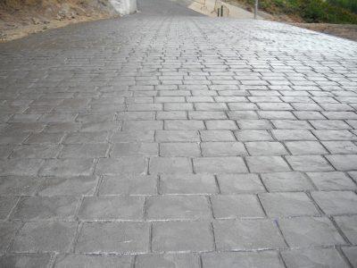 rampa acces auto pavata cu beton amprentat de forma unei pietre cubica